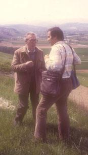 L'Autore durante una delle lunghe conversazioni con Dario Paccino (valle del fiume Cesano)