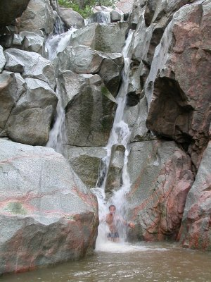 Fiume Ruaha e l'autore sotto una cascata