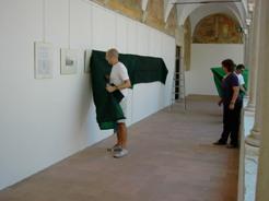 Mario Carafòli alle Grazie: le immagini vengono protette dall'esposizione diretta al sole