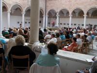 """Chiostro di Santa Maria delle Grazie - il pubblico della rassegna """"Uomini e Paesaggi"""""""