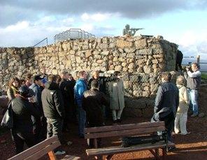 a ridosso di una fortificazione il gruppo ascolta le guide
