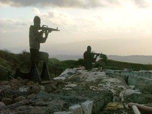 sagome metalliche sula sommità delle difese di Misgav Am, tra Libano e Siria