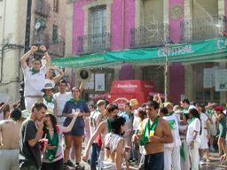 Huesca, sotto gli irrigatori ad acqua e vino