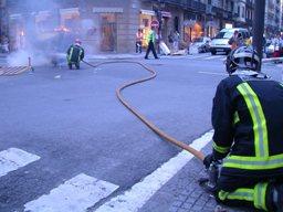 I pompieri spengono le fiamme dei cassonetti bruciati