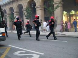 Polizia Antisommossa tenta di acciuffare i separatisti